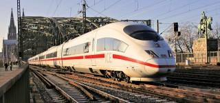 Ein ICE 3 Baureihe 403 nach der Überfahrt über den Rhein in Köln Messe/Deutz