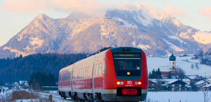 Dieseltriebwagen der Baureihe 612 als RE bei Altstädten (Allgäu) im Winter